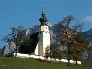 Einen Besuch wert. Die Pfarrkirche von Steinbach am Attersee am Fuße des Höllengebirges.