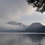 Frühmorgentliche Nebelwand am Attersee