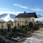 Mystischer Friedhof bei der Pfarrkirche in Steinbach